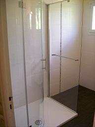 grand espace douche avec receveur et parois corbée