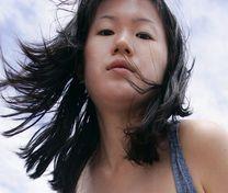 Jeune femme asiatique au tel rose